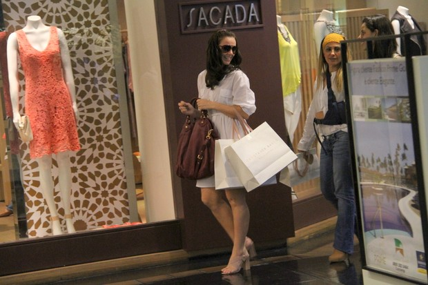 Paolla Oliveira compra sapatos em shopping do Rio – RJ (Foto: Daniel Delmiro / AgNews)