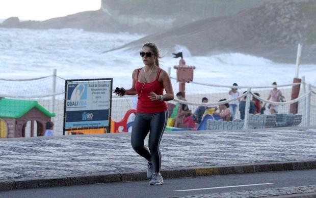 A ex-BBB Renata correndo na orla do Leblon (Foto: André Freitas / AgNews)