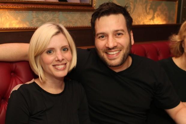 Daniele Valente e o marido, Christiano Cochrane, em restaurante em São Paulo (Foto: Thiago Duran/ Ag. News)