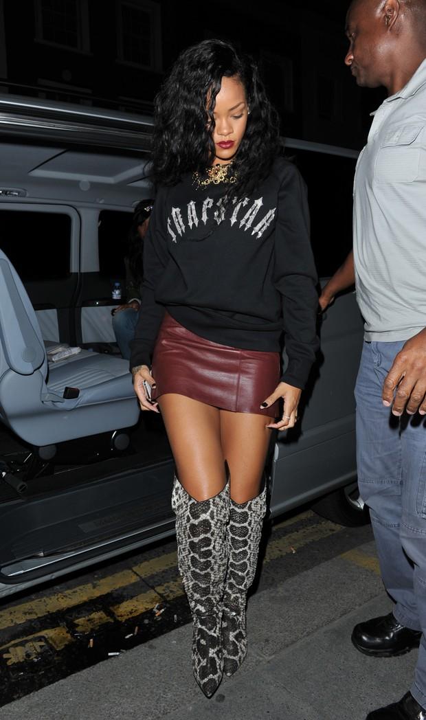 Rihanna usa par de botas ousadas em Londres (Foto: The Grosby Group / Agência)