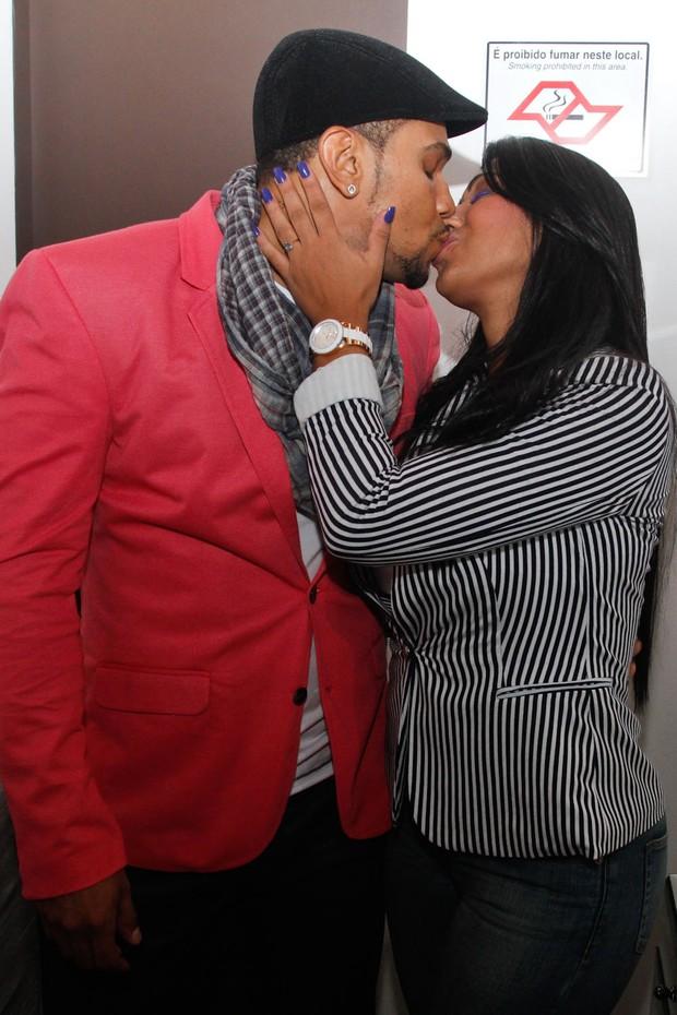 Naldo ganhou um beijo da namorada no camarim (Foto: Thiago Duran/Agnwes)