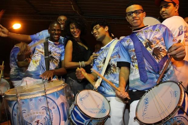 Sheron Menezzes recebe homenagem de integrantes da Portela (Foto: Thiago Mattos/ Ag. News)