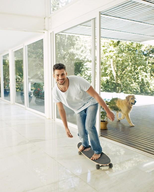 Cauã Reymond é capa da revista WISH CASA de setembro (Foto: Christian Gaul / Revista 'Wish Casa')