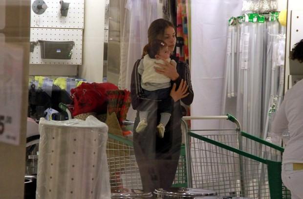 Grazi Massafera com filha, Sofia, no Rio (Foto: Delson Silva/ Ag. News)