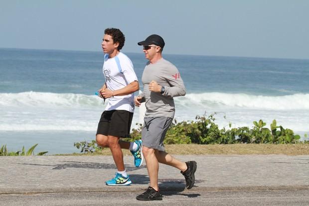 Luciano Huck correndo na orla da praia da Barra da Tijuca, RJ (Foto: Dilson Silva / Agnews)