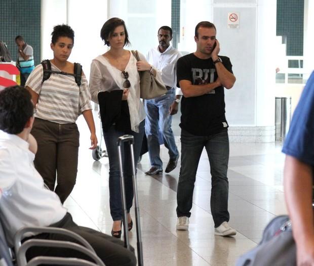 Deborah Secco e o marido, Roger Flores, no aeroporto Santos Dumont, RJ (Foto: Henrique Oliveira / FotoRioNews)