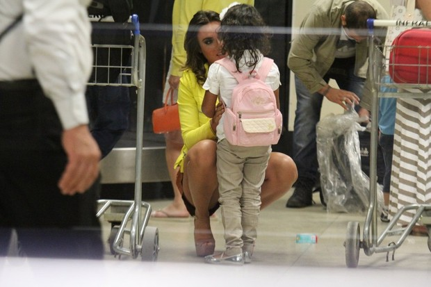 Nicole Bahls com fãs mirim em aeroporto no Rio (Foto: Rodrigo dos Anjos / Ag. News)