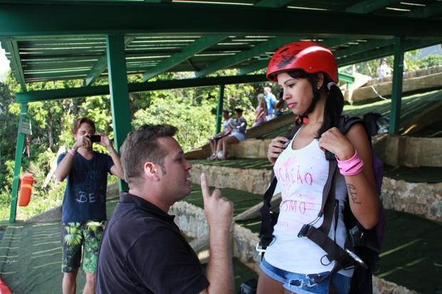 Ariadna voa de parapente com Instrutor na pedra Bonita em São Conrado, RJ (Foto: Dilson Silva / Agnews)