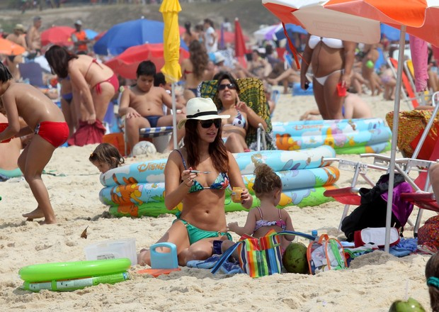 Fernanda Paes Leme brincando com a criançada na praia do Leblon, RJ (Foto: Wallace Barbosa/AgNews)