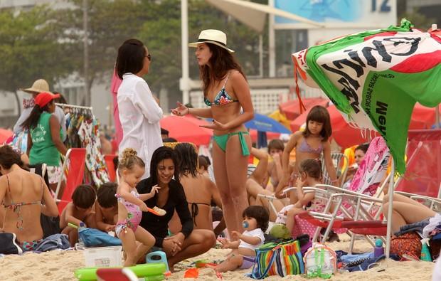Francisca Pinto e Fernanda Paes Leme brincando com a criançada na praia do Leblon, RJ (Foto: Wallace Barbosa/AgNews)