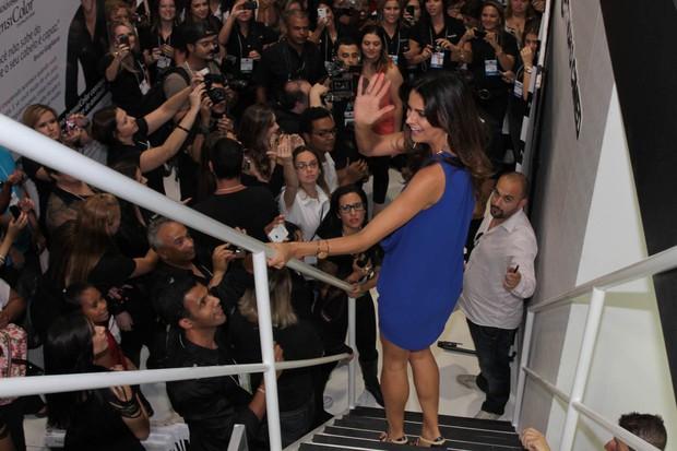 Fernanda Motta acena para o público em feira de beleza em SP (Foto: Orlando Oliveira / AgNews)