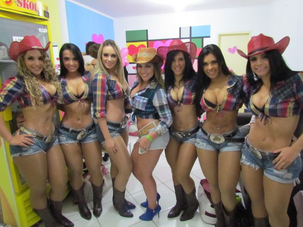 Ex-BBB Anamara posa com dançarinas do grupo Aviões do Forró (Foto: Divulgação/Aviões do Forró)