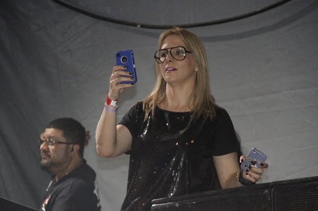 Carla Perez curte o show do marido, Xanddy, no Sauípe Folia (Foto: Isac Luz/EGO)