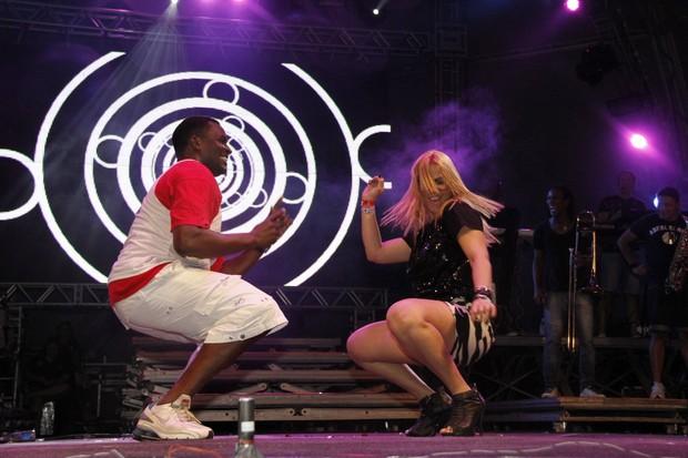 Jacaré e Carla Perez dançam no show do Harmonia do Samba no Sauípe Folia (Foto: Isac Luz/EGO)