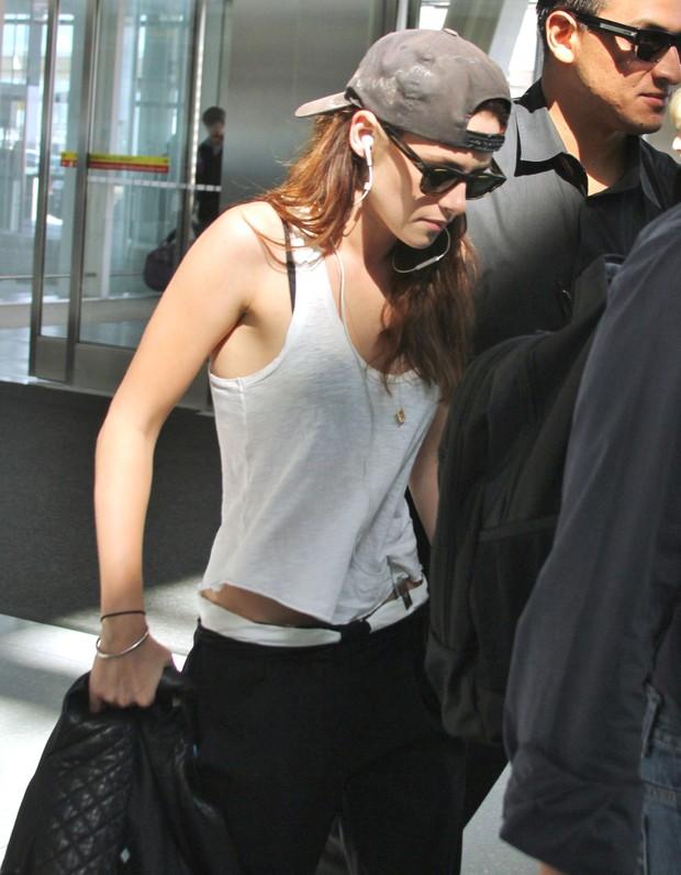 Kristen Stewart embarca no aeroporto de Toronto (Foto: Grosby Group)