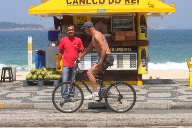 Marcos caruso passeia pela orla do Leblon (Foto: Edson Teófilo  / FotoRioNews)