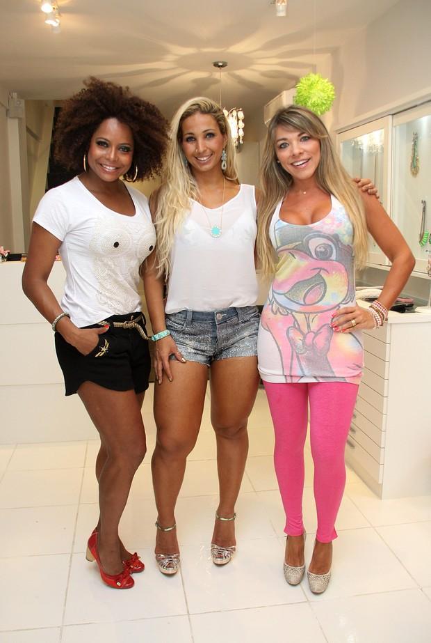 Adriana Bombom, Valesca Popozuda e Amanda Pinheiro em lançamento de coleção de loja, no Rio (Foto: Daniel Pinheiro / R2 / Divulgação)
