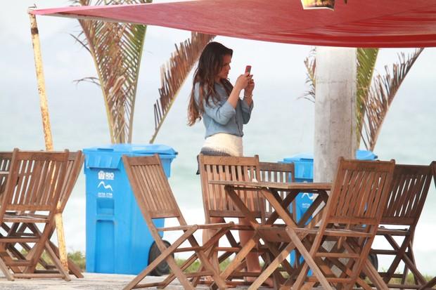 Bruna Marquezine na orla da Barra (Foto: Dilson Silva / AgNews)