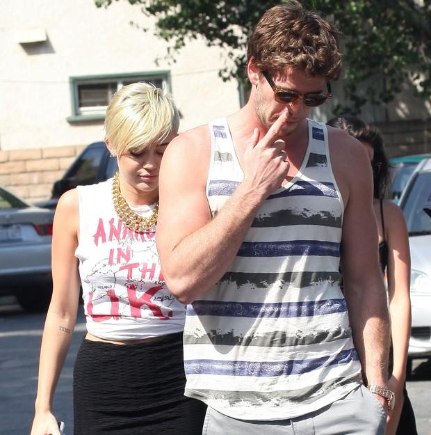 Miley Cyrus dispensa o sutiã em passeio com o noivo em Los Angeles, nos Estados Unidos (Foto: X17/ Agência)