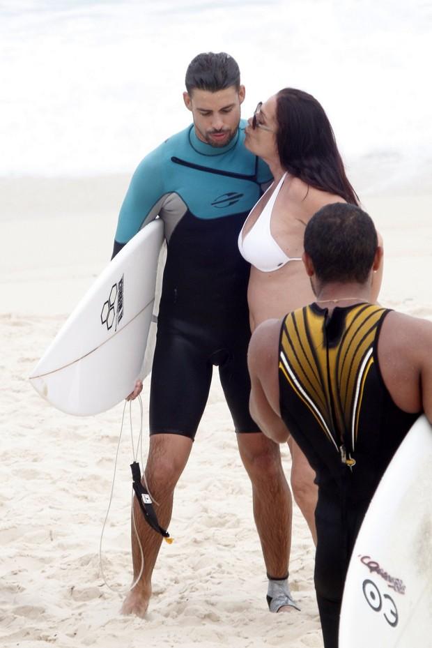 Cauã Reymond surfando na praia da Barra da Tijuca, RJ (Foto: Marcos Ferreira / PhotoRioNews)