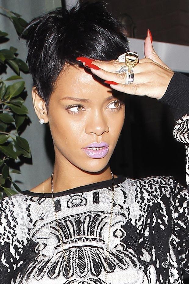 Rihanna exibe dentes dourados (Foto: X17/Agência)