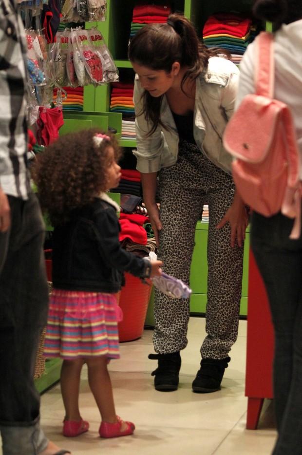 Samara Felippo faz compras com a filha (Foto: Marcos Ferreira/ Photo Rio News)