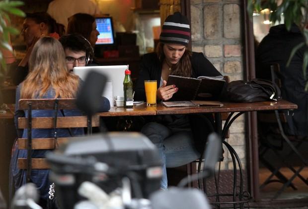 Priscila Fantin almoça em restaurante no Leblon (Foto: Wallace Barbosa / AgNews)
