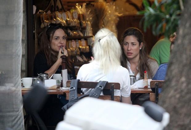 Luiza Tomé e Gisele Itié almoçam juntas no Rio (Foto: Wallace Barbosa / AgNews)