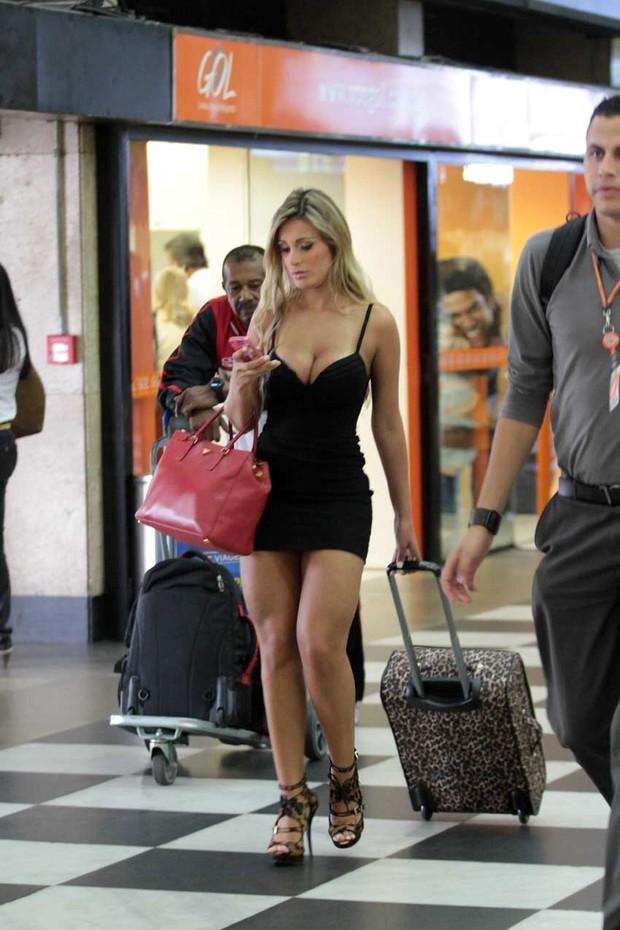 Andressa Urach ganha olhares no aeroporto de Congonhas, SP (Foto: Orlando Oliveira/AgNews)