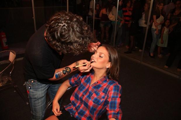 Milena Toscano se maqueia para desfilar no Oscar Fashion Days 2012, em São Paulo (Foto: Ricardo Leal e Clayton Militão / Foto Rio News)