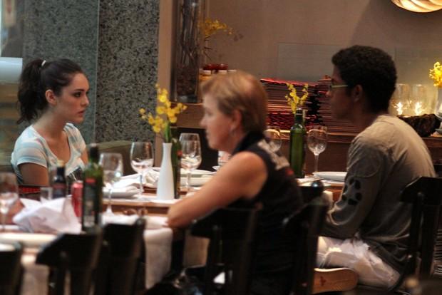 Isabelle Drummond com amigo em shopping do Rio (Foto: Marcus Pavão / AgNews)