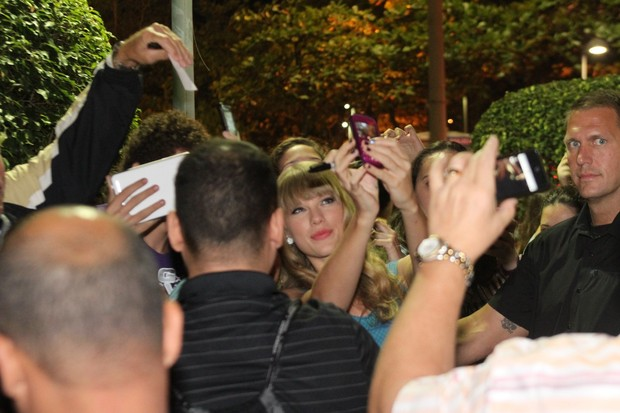 Taylor Swift atende fãs na porta do hotel, no Rio (Foto: Clayton Militão e Roberto Cristino / Foto Rio News)