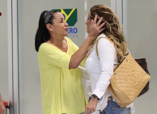 Viviane Araújo recebe carinho de fãs no aeroporto Santos Dumont, RJ (Foto: Henrique Oliveira / FotoRioNews)