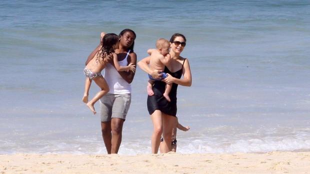 Claudia Abreu com os filhos na praia do Leblon (Foto: J. Humberto / AgNews)