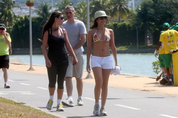 Ana Lima caminha com uma amiga e o namorado na Lagoa (Foto: Edson Teófilo / Foto Rio News)
