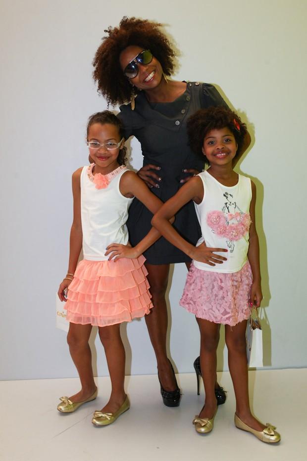 Adriana Bombom com as filhas no Fashion Weekend Kids (Foto: Manuela Scarpa/Photo Rio News)