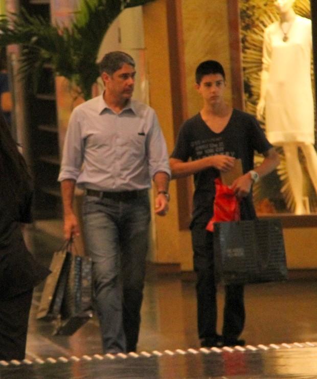 William Bonner e o filho Vinicius em shopping do Rio (Foto: Danilo Carvalho/AgNews)