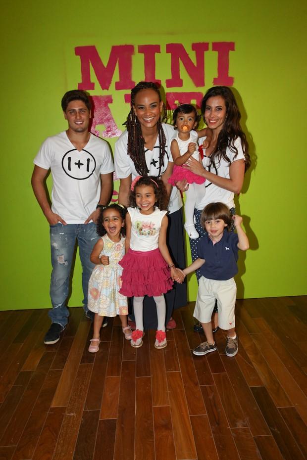 Daniel Rocha, Thania Kallil e Luciana Mello posam com as crianças durante o Fashion Weekend Kids (Foto: Manuela Scarpa/Foto Rio News)