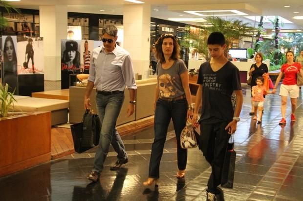 Fátima Bernardes faz compras em shopping com Bonner e filho (Foto: Danilo Carvalho/AgNews)