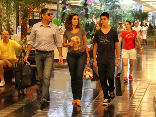 Fátima Bernardes faz compras em shopping com Bonner (Foto: Daniel Delmiro/Agnews)