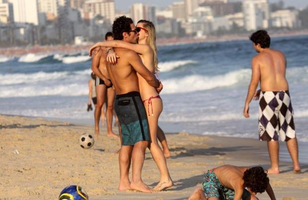 Fiorella Matheis beija namorado na praia do Leblon (Foto: J.Humberto/AgNews)