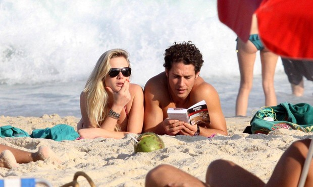 Fiorella Mattheis e namorado na praia do Leblon (Foto: J.Humberto/AgNews)
