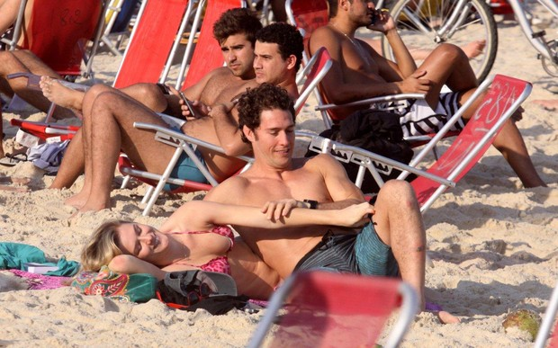 Fiorella Mattheis e namorado na praia do Leblon, na Zona Sul do Rio (Foto: J.Humberto/AgNews)