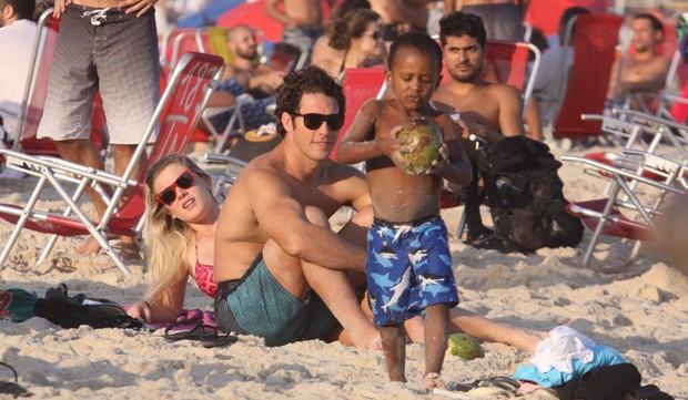 Fiorella Matheis e namorado na praia do Leblon (Foto: J.Humberto/AgNews)