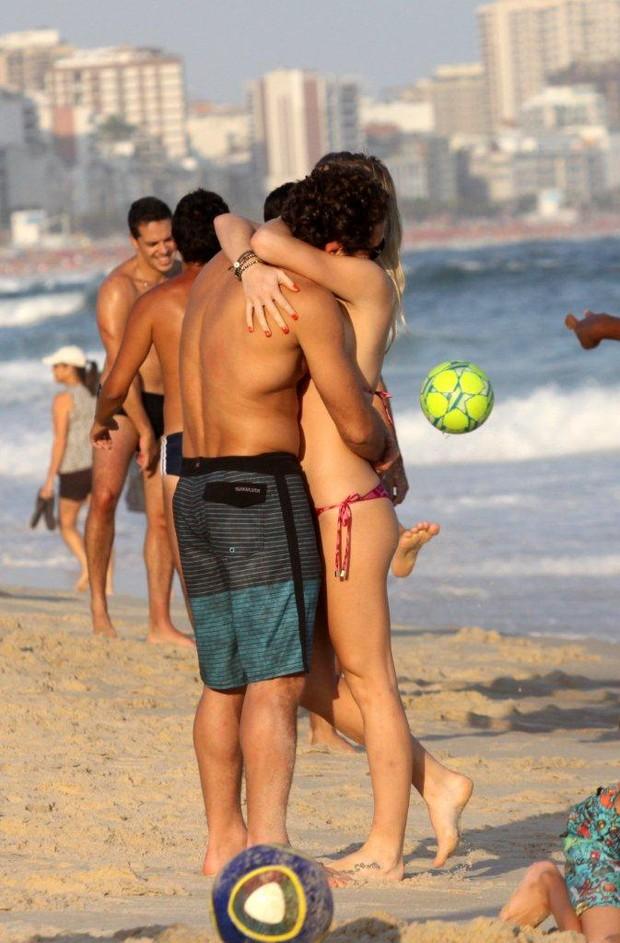 Fiorella Mattheis beija namorado na praia do Leblon, na Zona Sul do Rio (Foto: J.Humberto/AgNews)