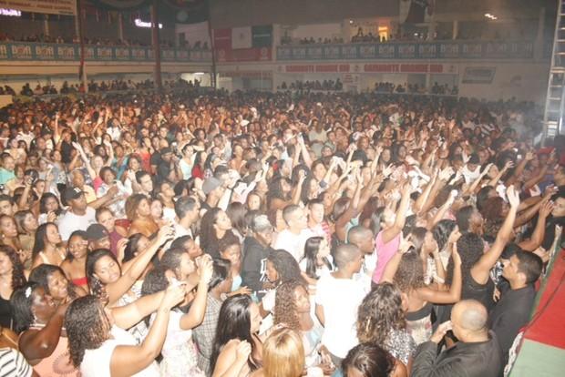 Péricles faz show na quadra da Grande Rio (Foto: Rômulo Aguiar / Divulgação)