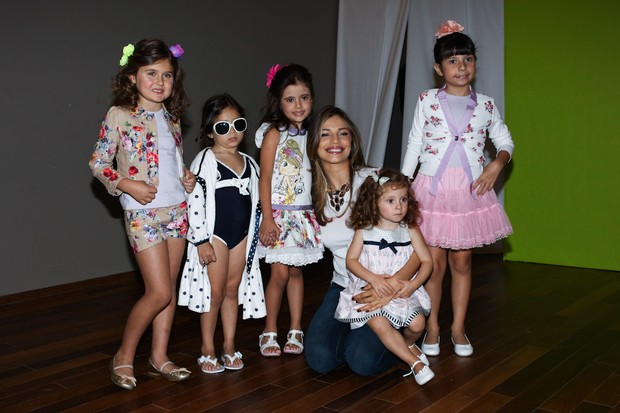 Grazi Massafera posa para foto com as crianças do Fashion Weekend Kids (Foto: Manuela Scarpa/Photo Rio News)