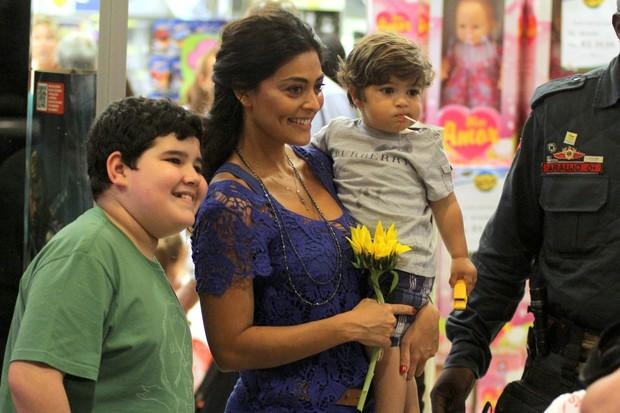 Juliana Paes posa com fã em shopping na Barra da Tijuca, na Zona Oeste do Rio  (Foto: Marcus Pavão/ Ag. News)