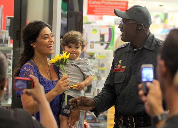 Juliana Paes com o filho no shopping (Foto: Marcus Pavão/ Ag. News)