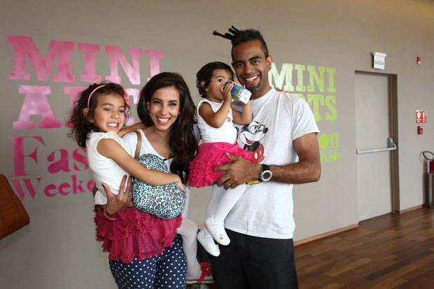 Tania Kallil e Jairzinho com as filhas no Fashion Weekend Kids (Foto: Manuela Scarpa/Photo Rio News)